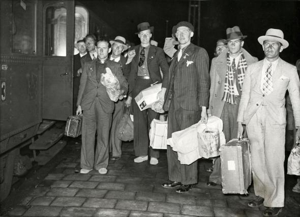 Terugkomst Spanjestrijders. Overstap station Dordrecht 8 december 1938.