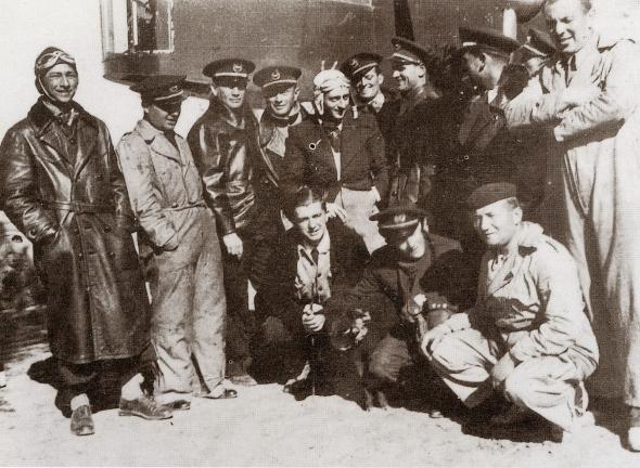 Frederikus Jan Stolk 1ste van links net voor zijn laatste vlucht