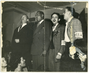 Vlnr. Bart van der Schelling, Paul Robeson, Moe Fishman en Art Landis, Tamiment Library, NYU, ALBA Photo 66, box 1, folder 3.