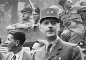 Intocht Parijs Generaal De Gaulle met La Nueve