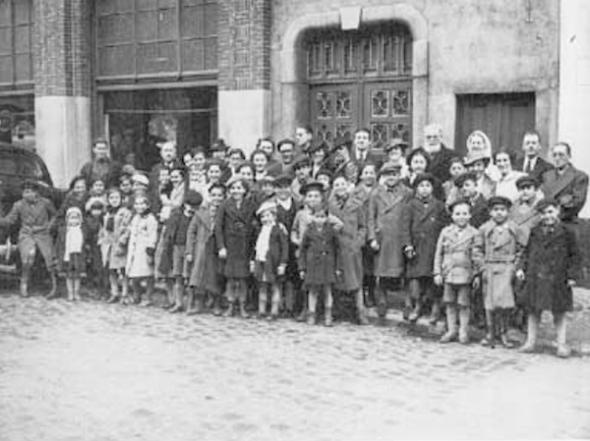 """Kinderkolonie """"Miaja"""" verwelkomt in het Huis van het Tramsyndicaat, Ostende 1939."""