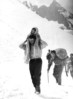 Spaanse vluchtelingen trekken over de Pyreneeën, 1938.