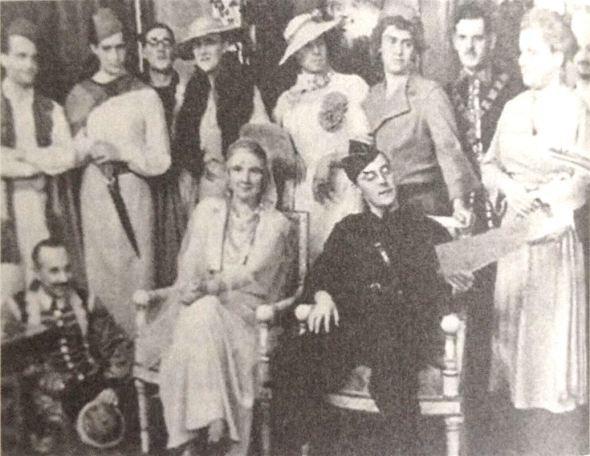 Staand: 3de en 4de van rechts Adolf en Heinrich Langenheim. Zittend: Juliana en Bernhard.
