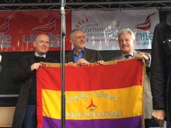 Jeremy Corbyn eert Internationale Brigades op Cable Street herdenking