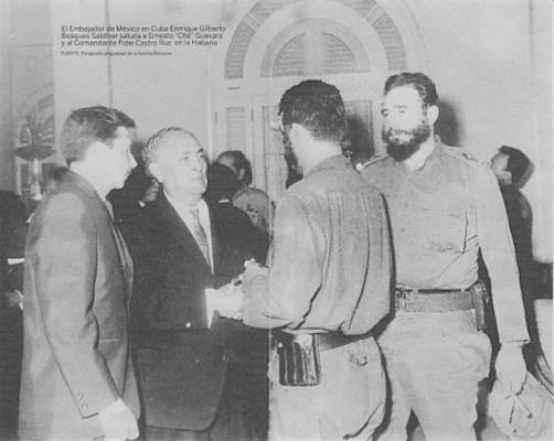 Feestdag Mexico in Havanna 16 September 1964; van links naar rechts rechts: Raul Castro, amabassadeur Bosques, Ernesto »Che« Guevara, Fidel Castro. Foto: Familie Bosques