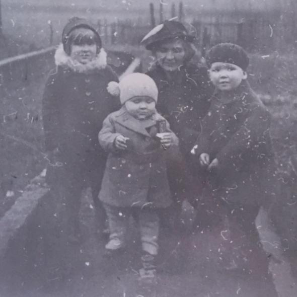 Vlnr nicht van Heinz Schade, neef van Heinz Schade, Edith Veenhof en Eddy Veenhof, begin 1937